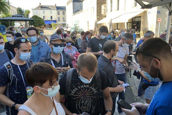 A l'entrée du festival, les équipes de bénévoles contrôlent les pass sanitaires et pièces d'identité.