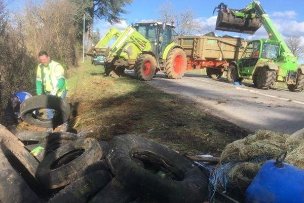 Les agriculteurs vont nettoyer les routes secondaires du Tarn-et-garonne pendant toute cette semaine.