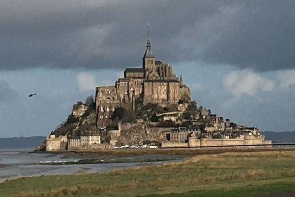 les travaux au Mont-Saint-Michel avec l'aide de l'hélicoptère