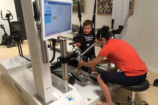 Depuis le 15 mai dernier, la Maison de santé des Dômes de Clermont-Ferrand est dotée d'une machine d'entraînement à la marche pour les enfants handicapés.