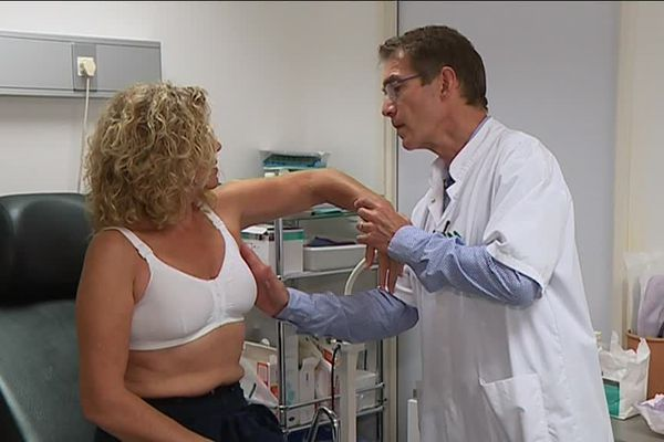 Une consultation post-opératoire d'une patiente atteinte d'un cancer du sein.