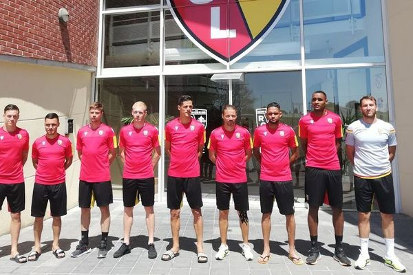 Les neuf nouvelles recrues du RC Lens posent à l'entrée de La Gaillette, le centre d'entraînement.