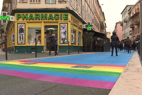 La place du Pin dans le quartier du Port à Nice aux couleurs du drapeau LGBT