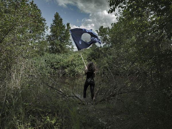 Drapeau bleu percé en son centre photographié en pleine nature