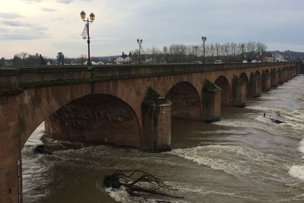 À Moulins, l'Allier est gonflée par les dernières pluies.