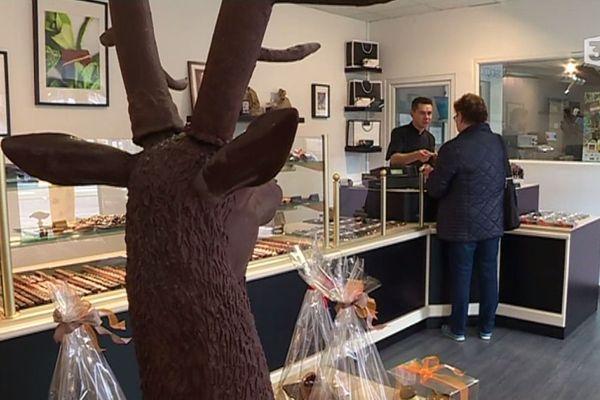 Olivier Viel, artisan chocolatier, dans sa boutique à Alençon.