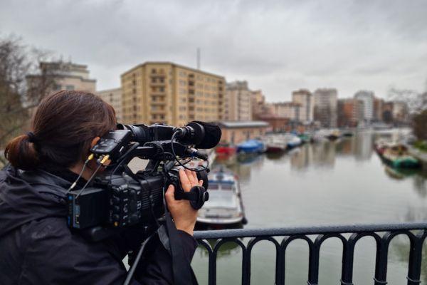 Journaliste reporter d'images (JRI) devant le Canal du Midi, à Toulouse