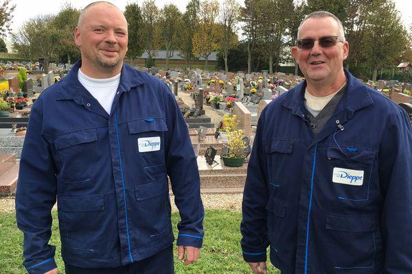 Michel Guérain (à droite) et son collègue sont chargés de l'entretien des trois cimetières de la ville de Dieppe.