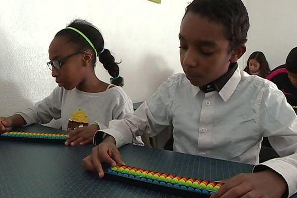 Les enfants s'entraînent d'abord avec un boulier pour retenir les chiffres - Janvier 2018
