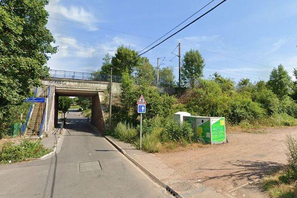 Les 13 chiots morts ont été retrouvé au pied de ces bennes de recyclage de vêtements, non loin de la gare de Méricourt.