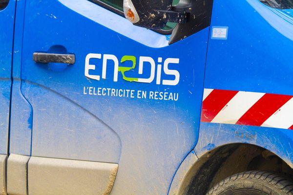 Il faudra plusieurs heures de travail aux équipes d'ENEDIS et les sapeurs pompiers de Seine-Maritime pour permettre un retour à la normale.