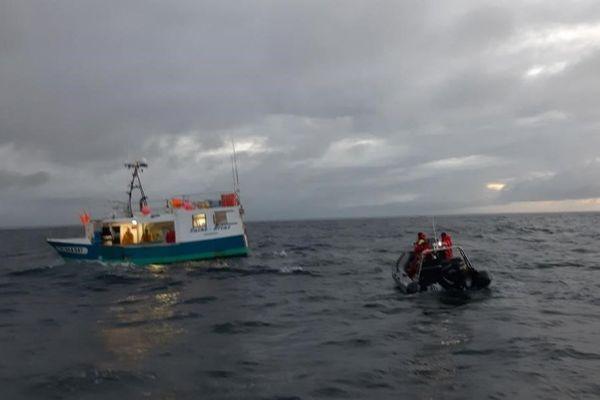 Embarqués sur un bateau semi-rigide, les membres de Sea Shepherd surveillent les captures des pêcheurs de la baie d'Audierne