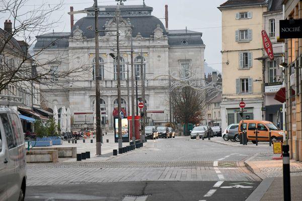 Les électeurs et électrices de Lons-le-Saunier, dans le Jura, ont le choix entre six listes au premier tour des élections municipales 2020.