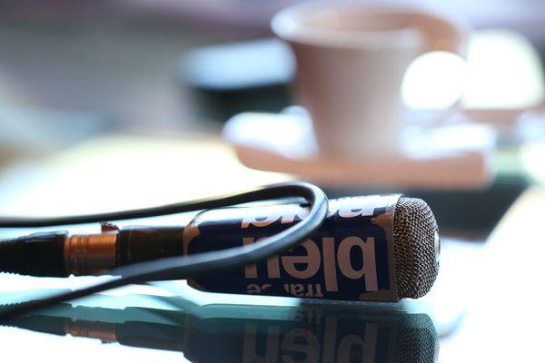 Pendant une journée, pour éviter le silence des micros coupés, la musique risque de prendre toute la place sur l'antenne.