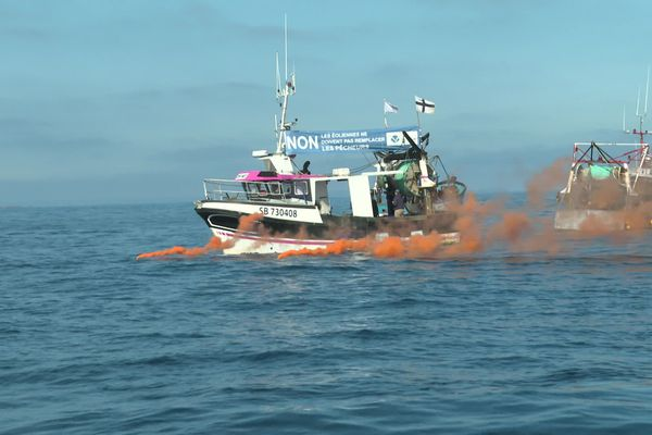 Le 18 mai 2020 en baie de Saint-Brieuc, des pêcheurs manifestent contre le projet de parc éolien