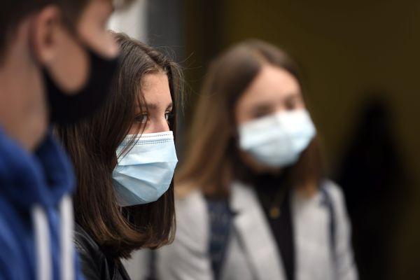Des adolescents portant un masque - Photo d'illustration