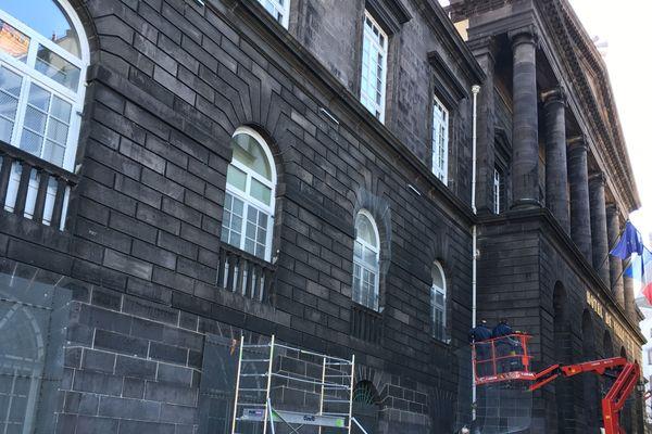 Des grilles ont été posées devant les fenêtres de l'Hôtel de ville en prévision de la mobilisation du 23 février des gilets jaunes et de la venue éventuelle de nombreux casseurs.