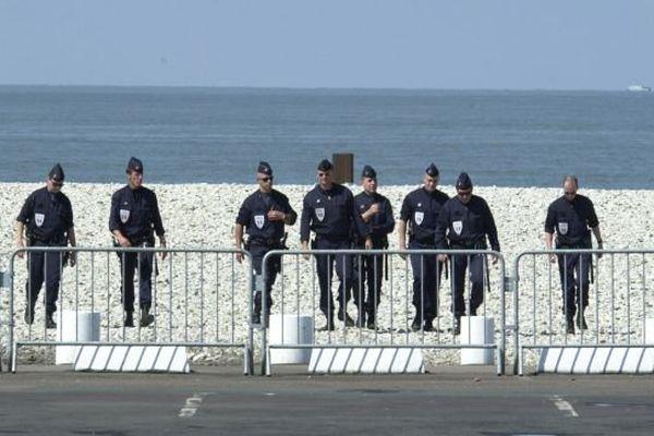 Opération de sécurisation de la plage avant l'arrivée des démineurs. Illustration.