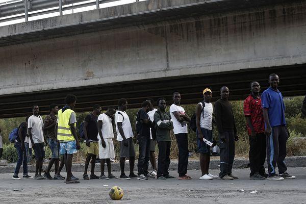 Des migrants dans un camps de fortune à Vintimille, ville italienne proche de la frontière.