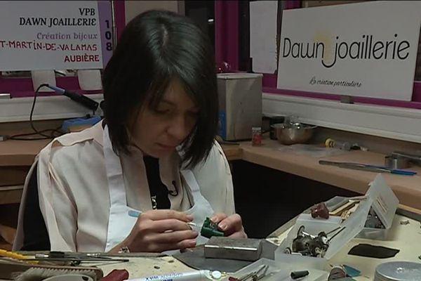 Aurore Klein au travail à l'Atelier du bijou