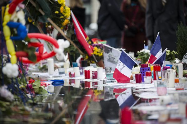 Des drapeaux français au pied de la statue de la République en hommage aux victimes de l'attentat du 13 novembre.