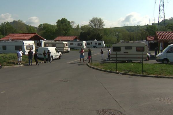 Les caravanes à l'arrêt pour les gens du voyage stationnés sur l'aire d'Issoire depuis le confinement.