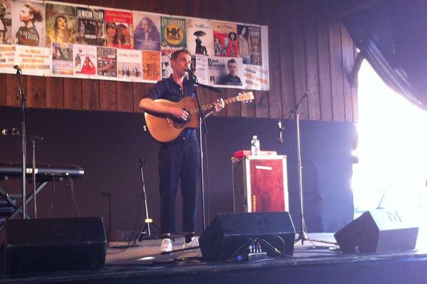 Ben Mazué sur la scène du festival L'Air du temps, à Lignières (Cher), le 13 mai 2015.
