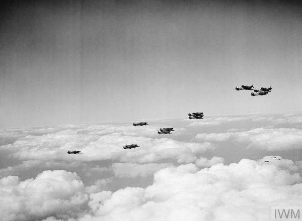 Une formation de Hurricane (242 Squadron), dans le ciel britannique en septembre 1940.