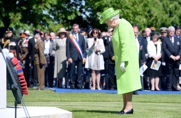 La reine Elisabeth II se recueille au cimetière de Bayeux