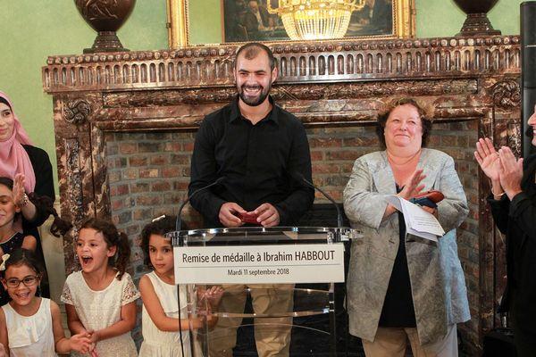 Aux côté de sa famille, Ibrahim Habbout (au centre) a reçu la médaille de la Ville d'Amiens pour acte de courage, lundi 11 septembre, des mains de la maire Brigitte Fouré (à sa droite).