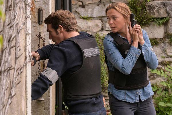 Sandrine Quétier dans le rôle d'Anna Buisson, et Pierre-Yves Bon dans le rôle d'Eymeric Massoni-Tournault.