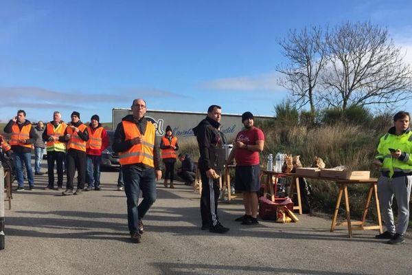 Les routiers bloquent l'A75 pour protester contre la hausse du prix du gazole.