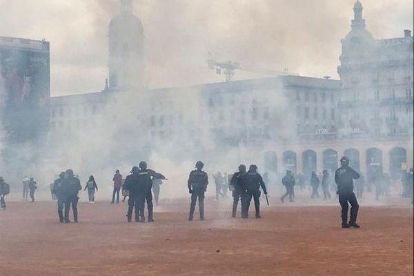 Des heurts se sont produits entre les manifestants et les forces de l'ordre, ici place Bellecour