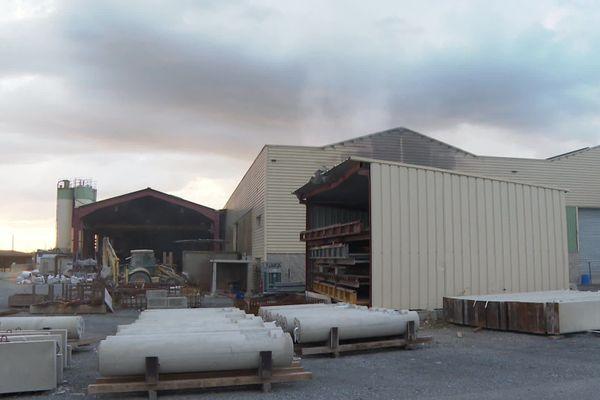 Le feu a pris dans les locaux administratifs de cette entreprise de préfabriqués en béton située dans la zone Eurolacq à Artix