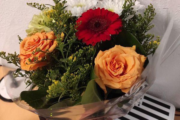Le bouquet de fleurs offert par un délinquant à une policière