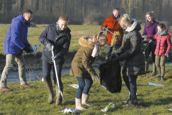 Des familles nettoient la nature des détritus.