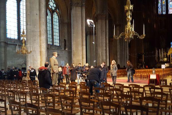 Samuel Labarthe en tournage au milieu du choeur de la cathédrale de Reims, ce vendredi 20 décembre.
