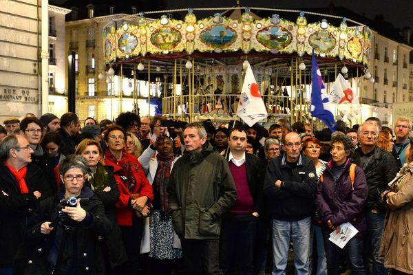 Rassemblement de soutien à Nantes aux migrants africains victimes ce week end d' un jet de cocktail Molotov à l' intérieur de leur squat.