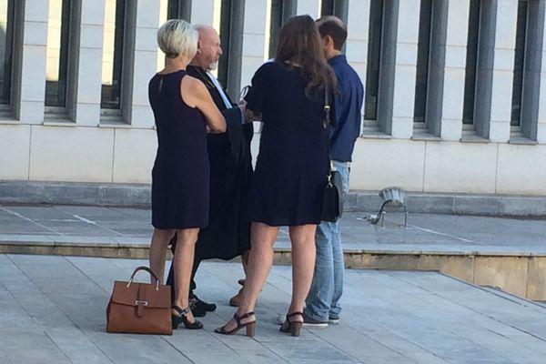 La famille d'Alexia Daval devant le palais de justice de Besançon