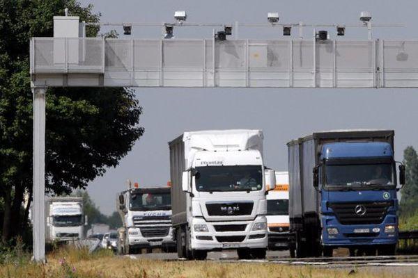 L'écotaxe est morte, les portiques sont toujours là. Les camions aussi.