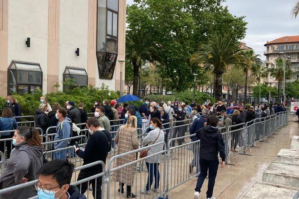 Samedi 1er mai, devant le centre de vaccination du palais des expositions de Nice.