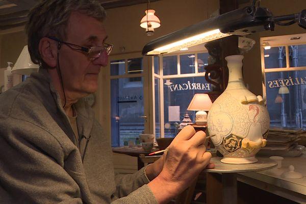 Les Augy sont les derniers artisans à fabriquer localement de A à Z de la faïence de Rouen.
