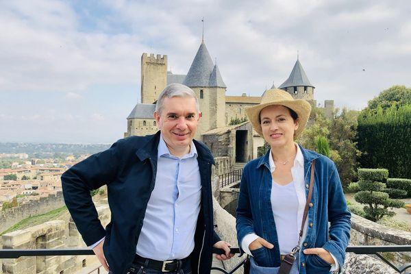 Sophie Jovillard et Alain Pignon, passionné d'histoire et de patrimoine, sont à Carcassonne, sur  les hauts de la cité, avec vue sur les faubourgs de la ville en bas à gauche