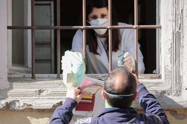 (Photo d'illustration) Des habitants de la commune de Castiglione d'Adda en confinement font la queue devant une pharmacie.