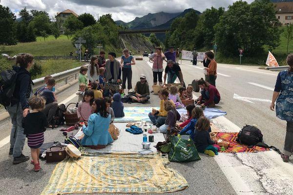 Des militants ont organisé un pique-nique au milieu d'une route dans le Trièves (Isère).