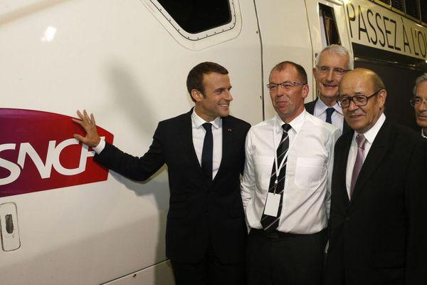 Emmanuel Macron pose avec Christophe Robert, le conducteur du TGV entre Paris et Rennes, et Jean-Yves Le Drian, le ministre des Affaires Etrangères - 1er juillet 2017