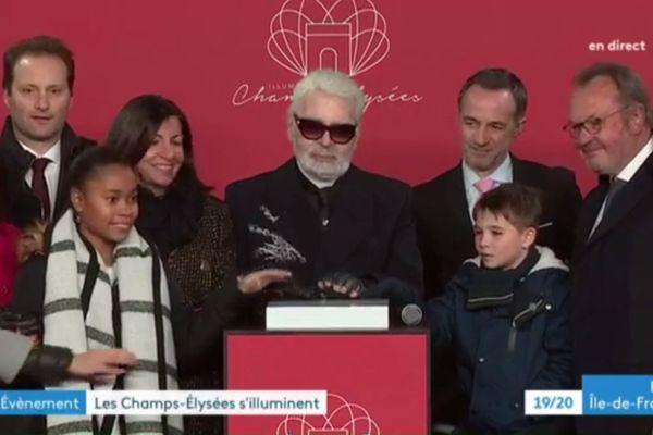Le 22 novembre dernier, la plus belle avenue du monde se parait de ses habits de lumière sous le parrainage de Karl Lagerfeld. Le célèbre couturier était, pour l'occasion, en direct sur la page Facebook de France 3 Paris Île-de-France.