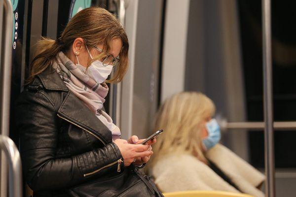 Dans les transports à Rennes, les usagers portent des masques