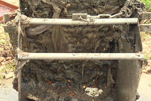 Les lingettes doivent exclusivement être déposée dans une poubelle !