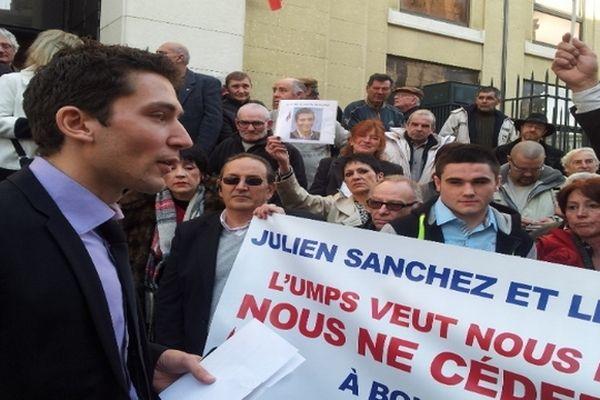 Nîmes - Julien Sanchez (FN) et ses militants devant le palais de justice - 28 février 2013.